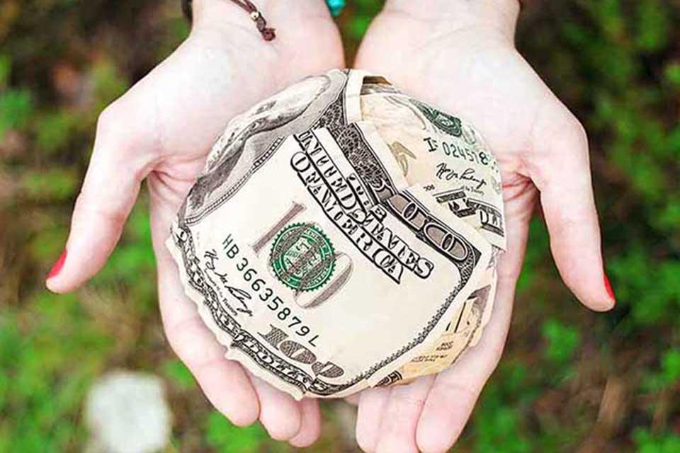 當舖借錢相信大家都接觸過,大家也都知道可以到當舖借錢。但是如果只是有支票,並沒有典當的質押物品,能不能夠借款呢?其實這就是銀行所說的票貼借款。很多當舖是可以實現票貼借款的。而且票貼借款方式已經持續了好幾十年,這種票貼借款的方式也是非常快的,而且方便簡單。在法律上只要支票上有親筆簽名,都是具有法律效益的支票,這樣的支票都是能夠實現票貼借款的。