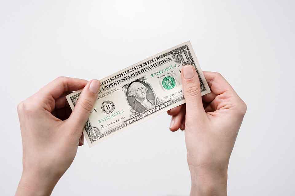 客票貼現指的是銀行的客票融資,客票是為了營業行為所收到的支票,簡單的說就是客戶自己本身的業務服務客戶的需求而收到款項,這筆款項客戶的客戶使用遠期支票來開給他,所以叫做客票融資。另外票據貼現所指的是票據是指本票跟匯票並不是支票,雖然現在很多的銀行都是先扣取利息差額才會入帳,但是在銀行的業務上也是不同的。客票貼現業務...