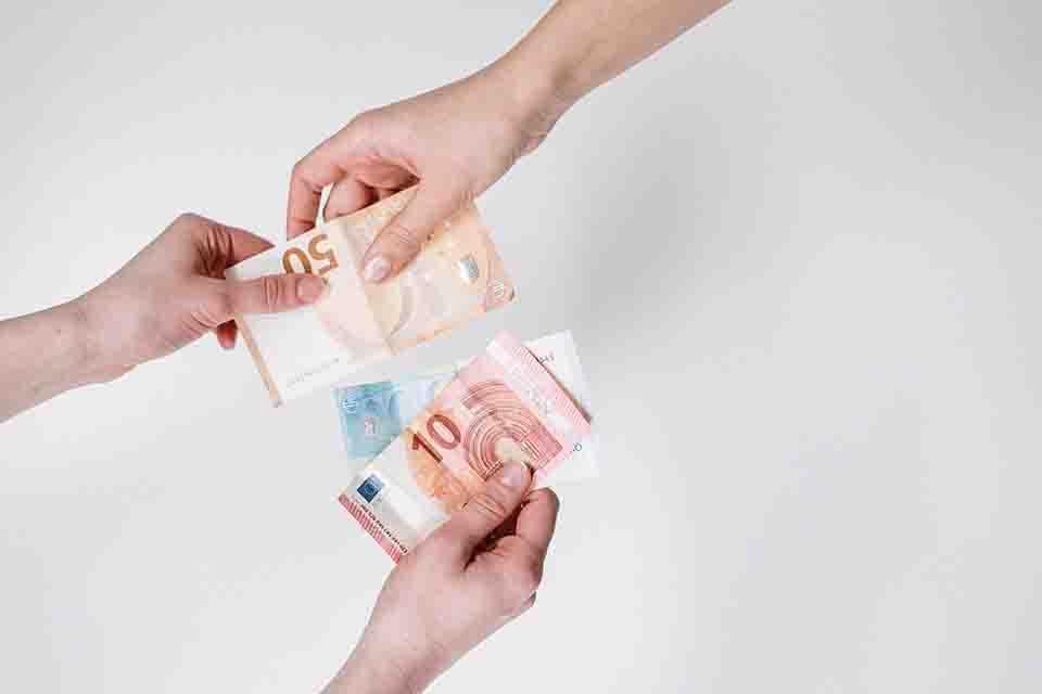 生活中有不少人在面臨資金周轉問題時,都希望能夠找到低利息借款單位,因為這樣的方式對借款人來說比較沒有太大的負擔,畢竟本身已經負擔一筆資金壓力。然而,低利息借款的額度卻往往很難達到自己的理想金額,甚至一個不注意誤選非法機構,就會使自己陷入危機。那麼低利借款的途徑有哪些?當鋪借款利息又是多少呢?在這之前,您需要找尋合法機構…