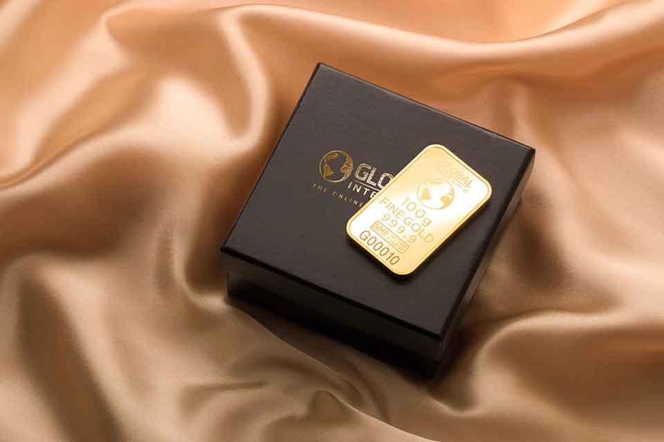 黃金在過去的年代裡,是很多情侶之間的定情信物,尤其是在結婚的時候,每一個人也都會佩戴黃金。不論是黃金戒指還是黃金項鏈,都是最能夠表達愛情之一的信物。然而,過去結婚所配戴的金飾大多造型較誇張,因此大多數的人只在結婚那天時戴,日常生活裡幾乎配戴不到。此時,若是遇上緊急的資金需求,就會有人選擇找尋黃金回收的管道,將黃金變現…