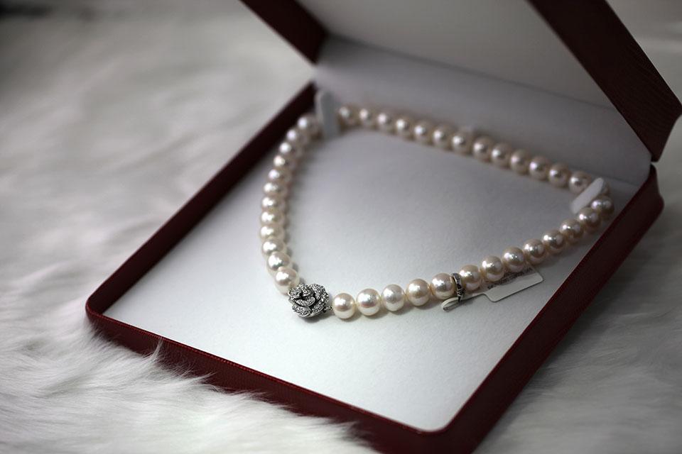現今有些貴婦喜歡收藏珠寶首飾,對於珠寶可說是愛不釋手,正是因為這些珠寶有著時尚奢華的魅力,受到了很多消費者的青睐。若是出發點在於投資的話,有些人可能會在珠寶漲價的時候,選擇賣掉珠寶以賺取獲利。在繁華的台北市裡,你可以在熱鬧的信義區商圈看見許多台北珠寶店,那麼,二手珠寶收購推薦的店家我該怎麼尋找?二手珠寶收購有限品種嗎…