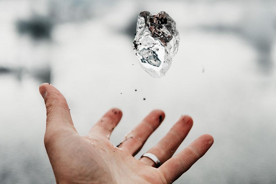 鑽石戒指是兩個人永恆的象徵,鑽石所代表的意義是非凡的,代表了永恆與團結。很多人說婚姻是愛情的墳墓,當需要錢的時候,鑽石就可以典當變現金,生活當中有很多人遇到資金週轉時,也會採用鑽石回收來進行抵押借款。鑽石放久有保值,是有機會取得高額的鑽石回收價格。50分鑽石是很多小資女喜歡購買的,50分鑽石價格值多少呢?影響鑽石回收…