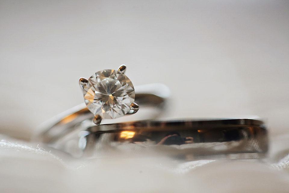 鑽戒賣有錢嗎?將二手鑽戒賣掉可以換多少錢?鑽石戒指是愛情的象徵,很多人在結婚時都會贈送給對方來表達自己的情誼。鑽石戒指分為很多種,隨著等級不同價格也不同,鑽石戒指大部分以10分、30分、50分到一克拉居多。如果想要購買鑽石戒指來收藏,最好購買50分以上的鑽戒,當然一克拉的鑽戒是最為客觀的,而且收藏的意義也較高。倘若遇…
