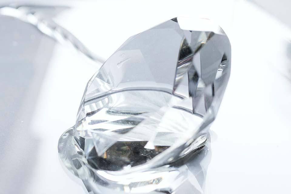 一提到鑽石回收,大家第一個想到的往往都是銀樓,殊不知到當舖鑽石回收也是可行的,當鋪當鑽石流程簡單不繁瑣,與銀樓最大不同的一點是,在鑽石當鋪辦理典當,日後手頭寬裕時還能贖回,對於急需一筆資金周轉但是又捨不得將具有紀念價值的鑽石就此賣斷的民眾來說,相當便利。現在很多當鋪都有提供鑽石回收的業務,民眾可以選擇幾家當鋪進行詢問…
